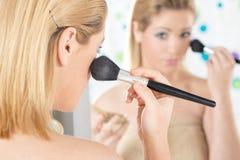 A aplicação bonita da mulher cora Imagens de Stock Royalty Free