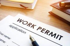 Aplicação da autorização de trabalho em uma tabela foto de stock royalty free