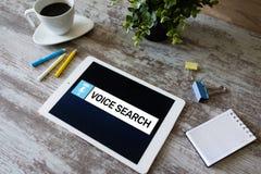 Aplicação da busca da voz na tela do dispositivo Conceito do Internet e da tecnologia foto de stock