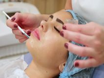 Aplicação da droga na cara do paciente video estoque