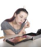 A aplicação da jovem mulher compo foto de stock