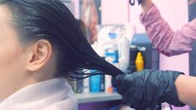 Aplicação da queratina ao cabelo Refor?ando o cabelo com queratina filme