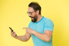 Aplicação da transferência Smartphone alegre do uso do moderno Usuário feliz do homem do smartphone Estada em contato com o smart imagem de stock royalty free