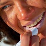 Aplicação de cosméticos do sunblock foto de stock