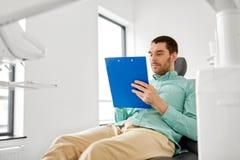 Aplicação de enchimento paciente na clínica dental foto de stock