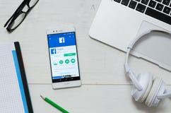 Aplicação de Facebook Lite disponível na loja do jogo de Google Foto de Stock Royalty Free