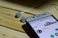 Aplicação de The Guardian na tela de Smartphone imagem de stock royalty free