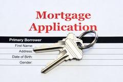 Aplicação de hipoteca de Real Estate com chaves da casa imagens de stock