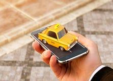 Aplicação de Smartphone do serviço do táxi para a pesquisa em linha chamando e registrando um táxi Imagem de Stock