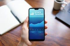 Aplicação de troca móvel com carta do mercado de valores de ação na tela do smartphone Conceito da tecnologia do negócio do inves fotos de stock royalty free