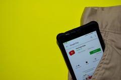 Aplicação do colaborador das crianças de You Tube na tela de Smartphone imagem de stock royalty free