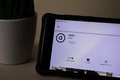 Aplicação do colaborador de ASOS na tela de Smartphone ASOS é um web browser do freeware desenvolvido imagens de stock