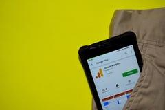 Aplicação do colaborador de Google Analytics na tela de Smartphone fotografia de stock