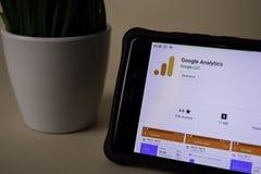Aplicação do colaborador de Google Analytics na tela de Smartphone a analítica é uma Web do freeware fotografia de stock