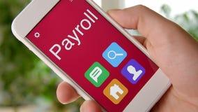 Aplicação do conceito da folha de pagamento no smartphone O homem usa o app móvel filme