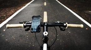 Aplicação do mapa em um dispositivo em apertos de um punho da bicicleta fotografia de stock royalty free