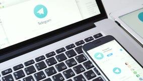 Aplicação do telegrama no iPad, no iPhone e no dispositivo de Macbook vídeos de arquivo