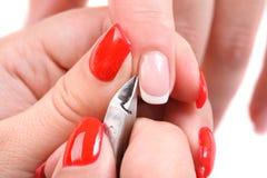 Aplicação do tratamento de mãos - cortando a cutícula Foto de Stock Royalty Free