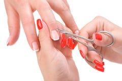 Aplicação do tratamento de mãos - cortando a cutícula Imagem de Stock