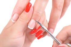 Aplicação do tratamento de mãos - cortando a cutícula Imagem de Stock Royalty Free