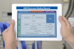 Aplicação eletrônica do informe médico na tela digital da tabuleta mim fotografia de stock royalty free