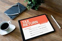 Aplicação em linha da declaração de rendimentos na tela Conceito do negócio e da finança fotografia de stock