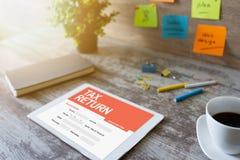 Aplicação em linha da declaração de rendimentos na tela Conceito do negócio e da finança fotografia de stock royalty free