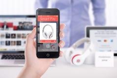 Aplicação esperta do pagamento na tela do smartphone na mão fêmea fotografia de stock royalty free