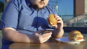 Aplicação insalubre antropófaga nova preguiçosa do hamburguer e do smartphone do desdobramento filme