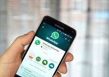 Aplicação móvel de Whatsapp em um telefone celular Foto de Stock
