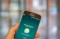 Aplicação móvel de Whatsapp na tela de Samsung Fotos de Stock Royalty Free