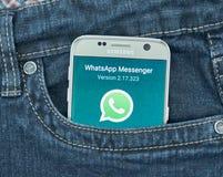 Aplicação móvel de Whatsapp na tela de Samsung Fotos de Stock