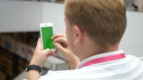 Aplicação moderna esperta esclarecido do estilo de vida da tecnologia do centro profissional nova da cidade de Using Smartphone U vídeos de arquivo