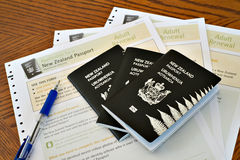 Aplicações dos passaportes e de passaporte de Nova Zelândia com pena Fotos de Stock Royalty Free