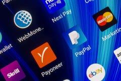 Aplicações móveis de sistemas de pagamento eletrônicos Paypal, payoneer, skrill, webmoney, MasterCard na tela do smartphone Fotografia de Stock Royalty Free
