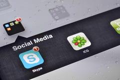 Aplicações sociais dos media em Ipad Fotos de Stock Royalty Free
