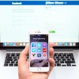 Aplicações sociais dos trabalhos em rede na exposição do iPhone 6 de Apple Fotografia de Stock