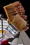 Aplica al pintor con brocha Foto de archivo libre de regalías