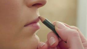 Aplicación de contorno marrón de los labios almacen de video