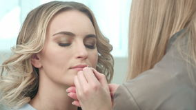 Aplicación de contorno marrón en los labios almacen de metraje de vídeo