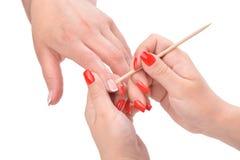 Aplicación de la manicura - limpieza de las cutículas Foto de archivo libre de regalías