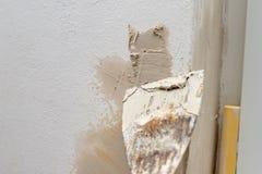 Aplicación de la masilla a la pared en un nuevo apartamento Renovación y pintura de paredes en casa imagenes de archivo