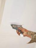 Aplicación de la pintura con el cepillo Fotos de archivo