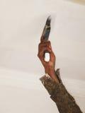 Aplicación de la pintura con el cepillo Fotografía de archivo libre de regalías