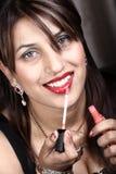 Aplicación de lustre del labio Fotografía de archivo libre de regalías