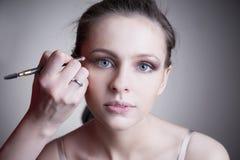 Aplicación de maquillaje Cierre hermoso profesional del retrato de la mujer joven del maquillaje y del peinado para arriba imagen de archivo libre de regalías