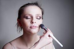 Aplicación de maquillaje Cierre hermoso profesional del retrato de la mujer joven del maquillaje y del peinado para arriba imagen de archivo