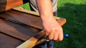 aplicación del esmalte con el cepillo en la madera almacen de video