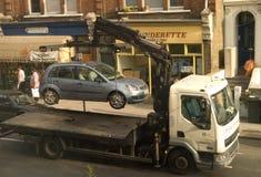 Aplicación del estacionamiento: Coche que es quitado Foto de archivo libre de regalías