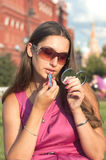 Aplicación del lápiz labial Foto de archivo libre de regalías